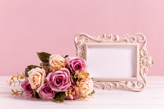 Rose bouquet with empty frame Free Photo