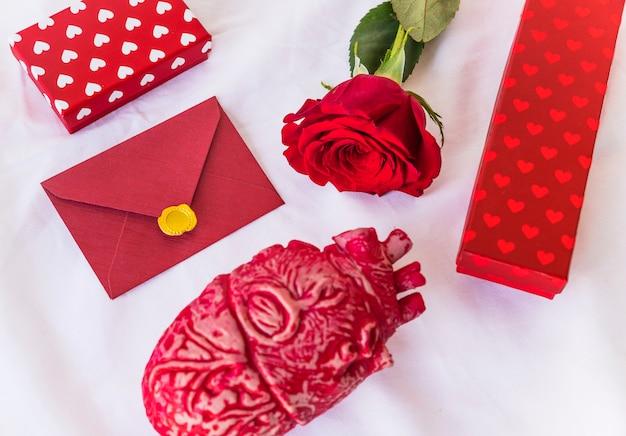 Ramo di rose con buste e scatole regalo Foto Gratuite