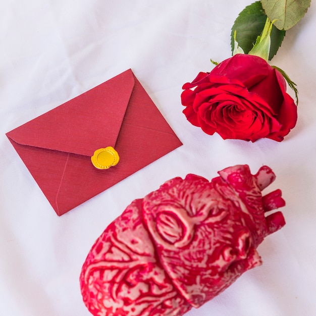 Ramo di rose con busta sul tavolo Foto Gratuite