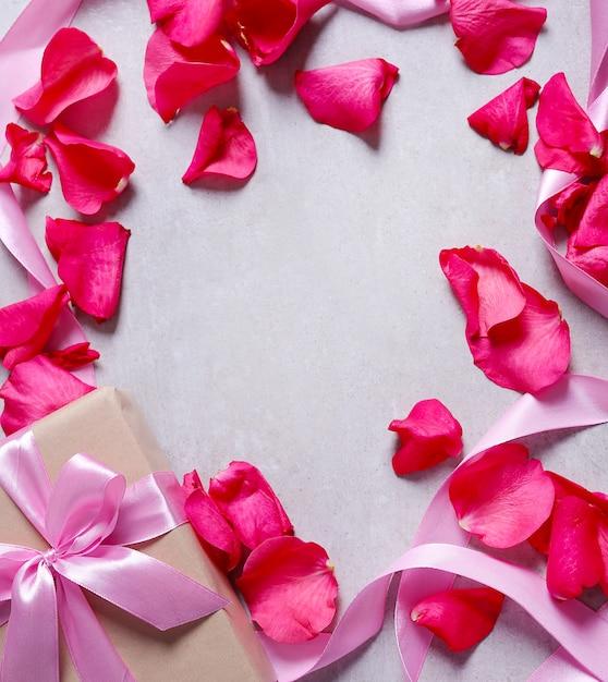 Лепестки роз и подарочная коробка Бесплатные Фотографии