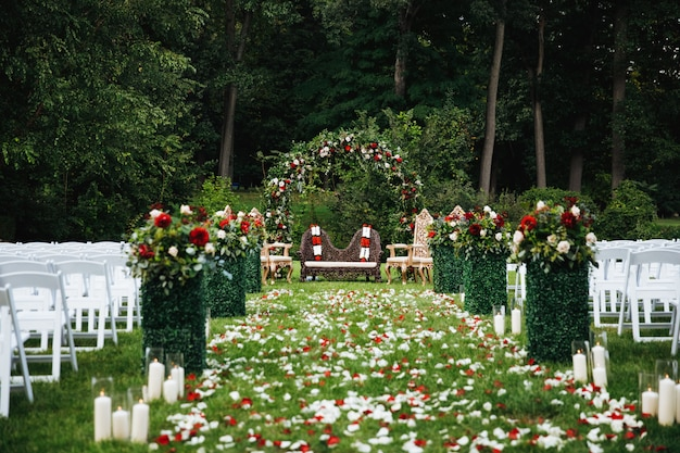 Rose petals cover green garden ready for traditional hindu weddi Free Photo