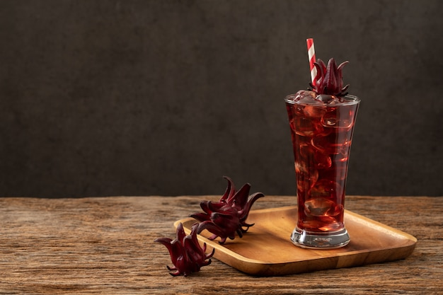 Roselle clear glass with fresh roselle fruit on wooden table asia recipe Premium Photo