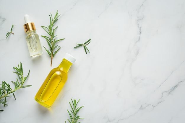 로즈마리 식물 병에 로즈마리 오일 무료 사진