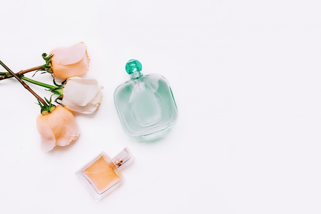 Roses and bottles of perfume Premium Photo