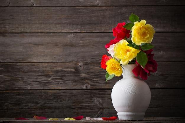 Розы на деревянном фоне Premium Фотографии