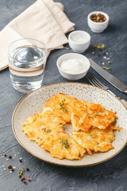 フライドポテトのパンケーキ -  rosti、kartoffelpuffer、latkes、draniki、hash browns Premium写真