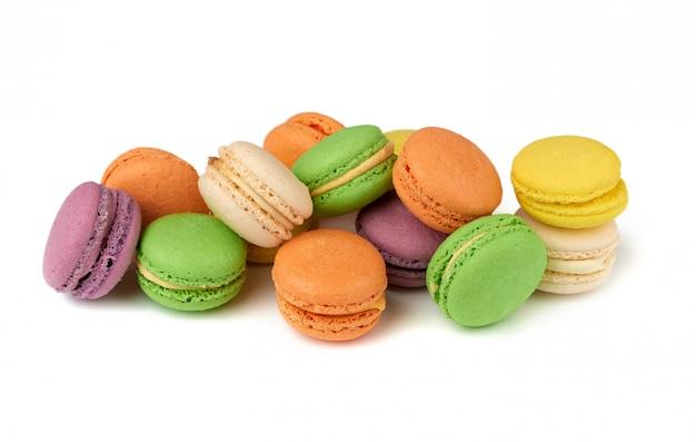 Круглые запеченные разноцветные миндальные муки торты макароны, десерт изолирован на белом фоне Premium Фотографии