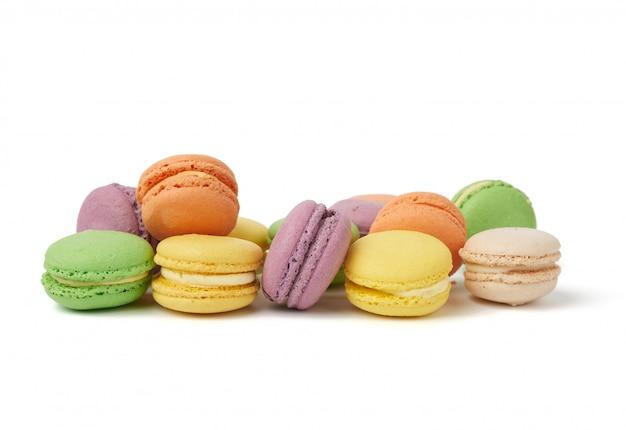 Круглые печеные разноцветные миндальные пирожные, макароны, десерт Premium Фотографии