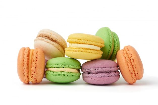 Круглые печеные разноцветные миндальные пирожные с макаронами Premium Фотографии
