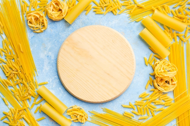 Round board with different pasta Free Photo