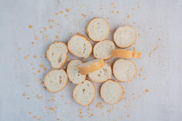 Pane bianco fresco rotondo su fondo di marmo. Foto Gratuite