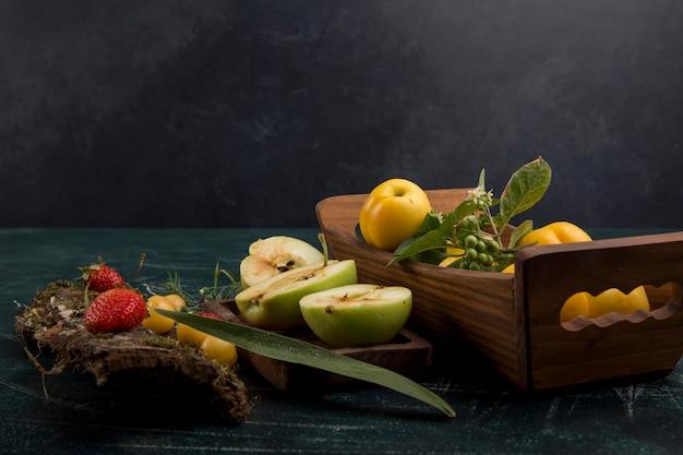 梨、リンゴ、ベリー、角度のビューと丸いフルーツの盛り合わせ 無料写真