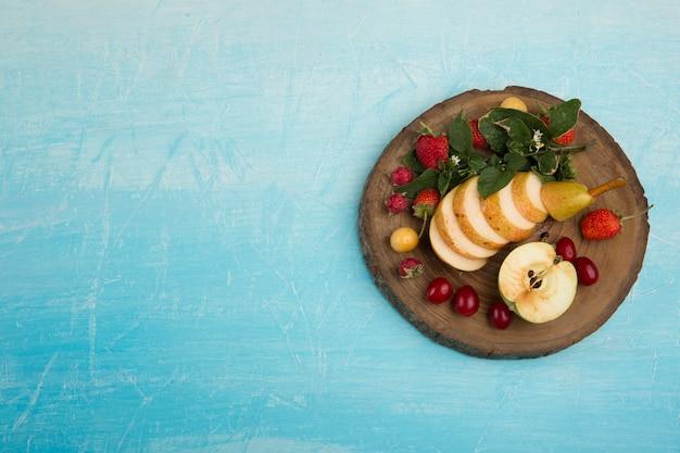 Круглое блюдо с фруктами, грушами, яблоками и ягодами в правой части Бесплатные Фотографии