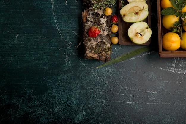 梨、リンゴ、マットの背景に果実と丸いフルーツの盛り合わせ 無料写真