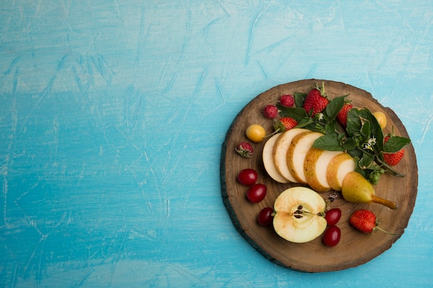 Круглое фруктовое ассорти с грушами, яблоками и ягодами Бесплатные Фотографии