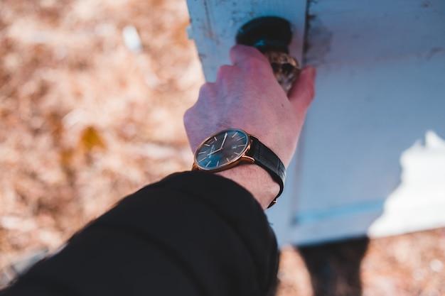 ラウンドゴールド色のアナログ時計、ブラックレザーバンド 無料写真