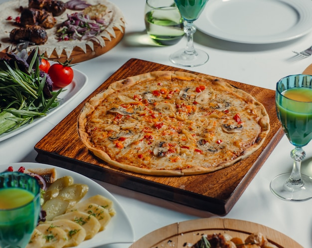 テーブルの上の丸いイタリアンピザ 無料写真