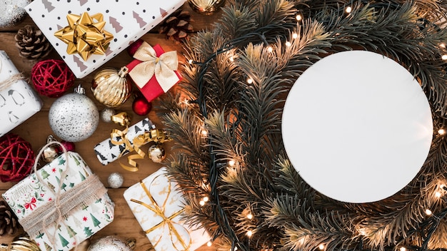 Round paper on christmas wreath Free Photo