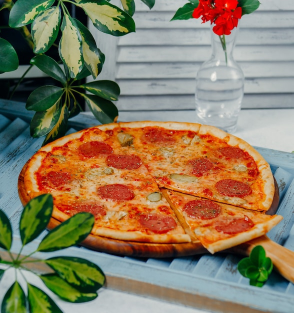 Round pepperoni pizza on the table Free Photo
