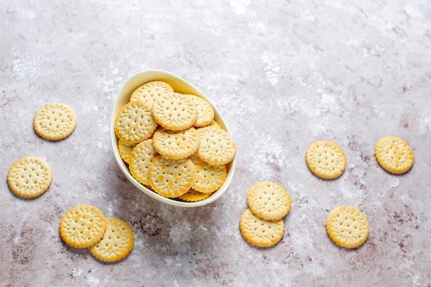 丸い塩味のクラッカークッキー、スナック。 無料写真