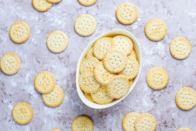 Biscotti rotondi del cracker salato, spuntino. Foto Gratuite