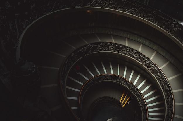 Круглая лестница в музее ватикана ведет посетителей посмотреть на христианские произведения искусства Бесплатные Фотографии