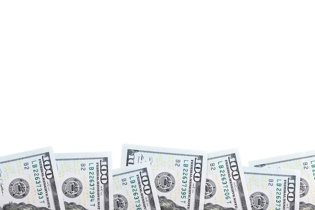 Стодолларовые банкноты строки, изолированные на белом фоне Premium Фотографии