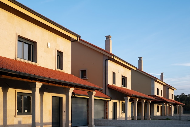 A row of new townhouses or condominiums Premium Photo