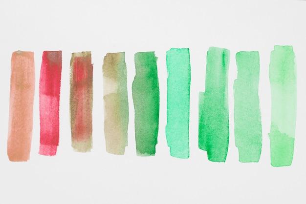 白い紙の緑と赤の塗料の行 無料写真