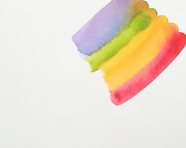 白い紙の紫、緑、黄色、赤の塗料の行 無料写真