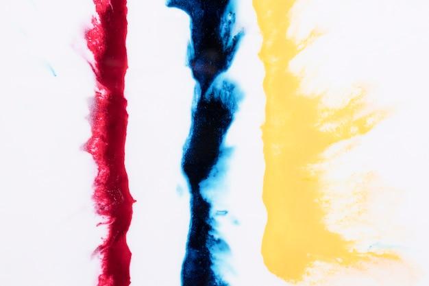 黄色の列。青と赤の色のしぶきが白い背景で隔離 無料写真