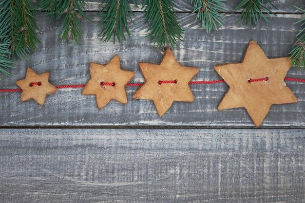 Fila di biscotti a forma di stella e pane allo zenzero Foto Gratuite