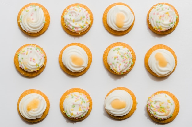 Row of whipped cupcake on white background Free Photo