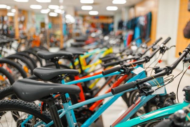 スポーツショップで自転車の行 Premium写真