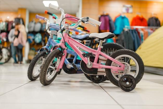 スポーツショップで子供用自転車の行 Premium写真