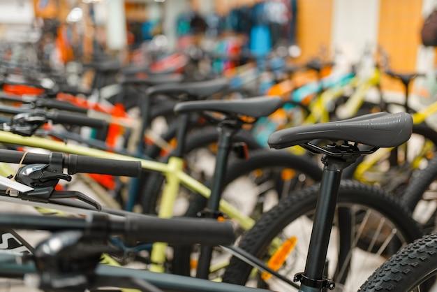 スポーツショップでのマウンテンバイクの行 Premium写真