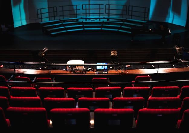 극장에서 빨간 좌석의 행 무료 사진