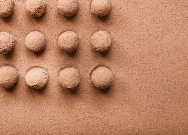 Rows of truffle chocolate ball dusted with cocoa powder Free Photo