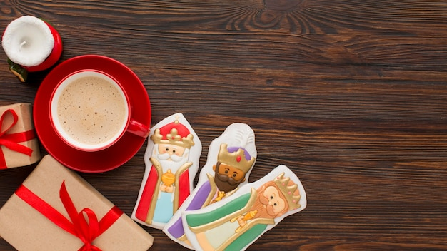Royalty biscuit edible figurines on wooden background Free Photo