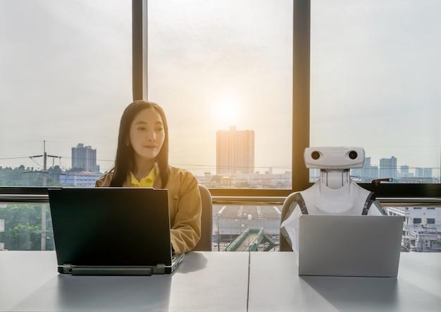 オフィスビジネスで働く女性とロボットコンピュータrpa robotic process automation Premium写真