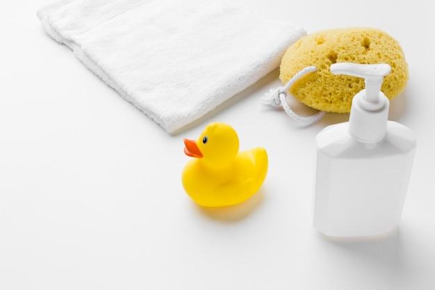 Резиновая утка и бутылка лосьона Premium Фотографии