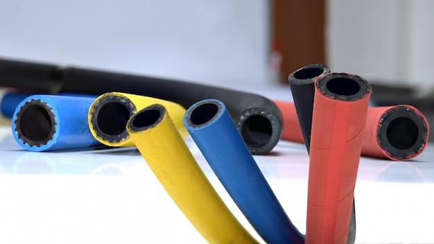 白い背景.rubber製品の柔軟なゴム製ケーブル。 Premium写真