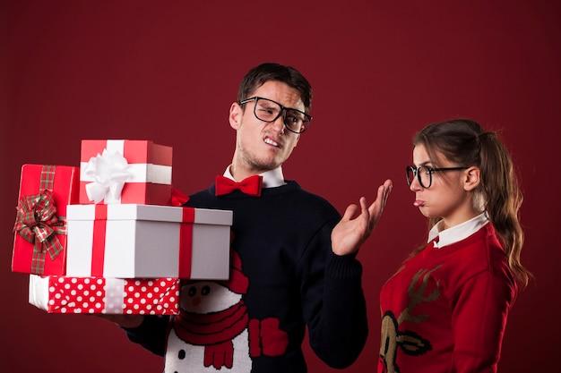 크리스마스 선물을 가진 무례한 못 난 남자 무료 사진