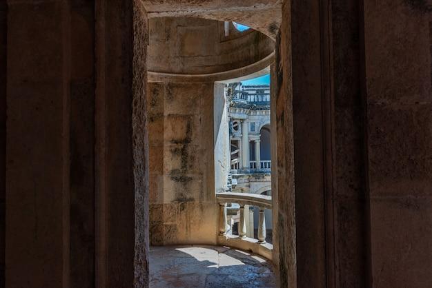 ポルトガルのトマールで日光の下でキリストの修道院の台無しにされたバルコニー 無料写真