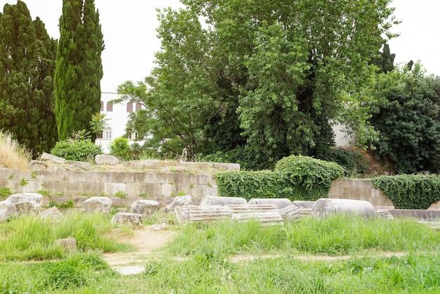 Ruins of ancient kos town castle and hadji hasan mosque, kos islands, greece Premium Photo