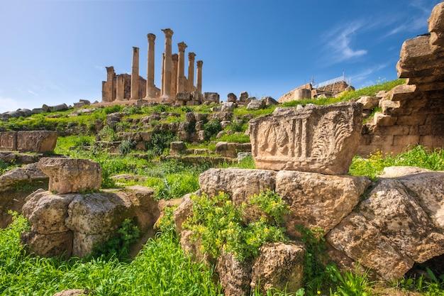 ヨルダンのジェラシュの古代都市の遺跡 Premium写真