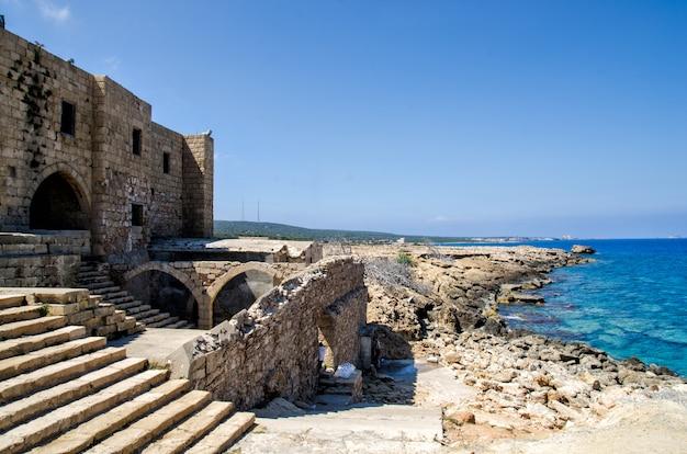 Руины замка на кипре Premium Фотографии