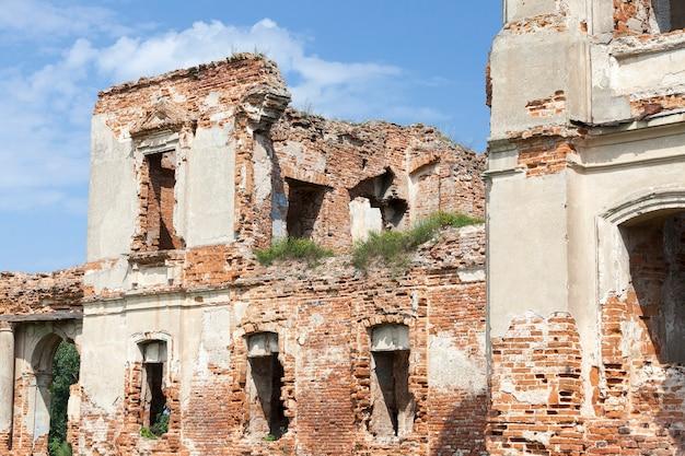 근접 촬영 된 고대 요새 벽의 유적. 건물은 붉은 벽돌로 지어졌습니다. 프리미엄 사진