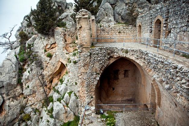Руины замка святого илариона на кипре Premium Фотографии