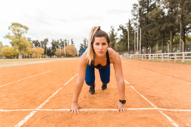 Runner woman in starting position Free Photo